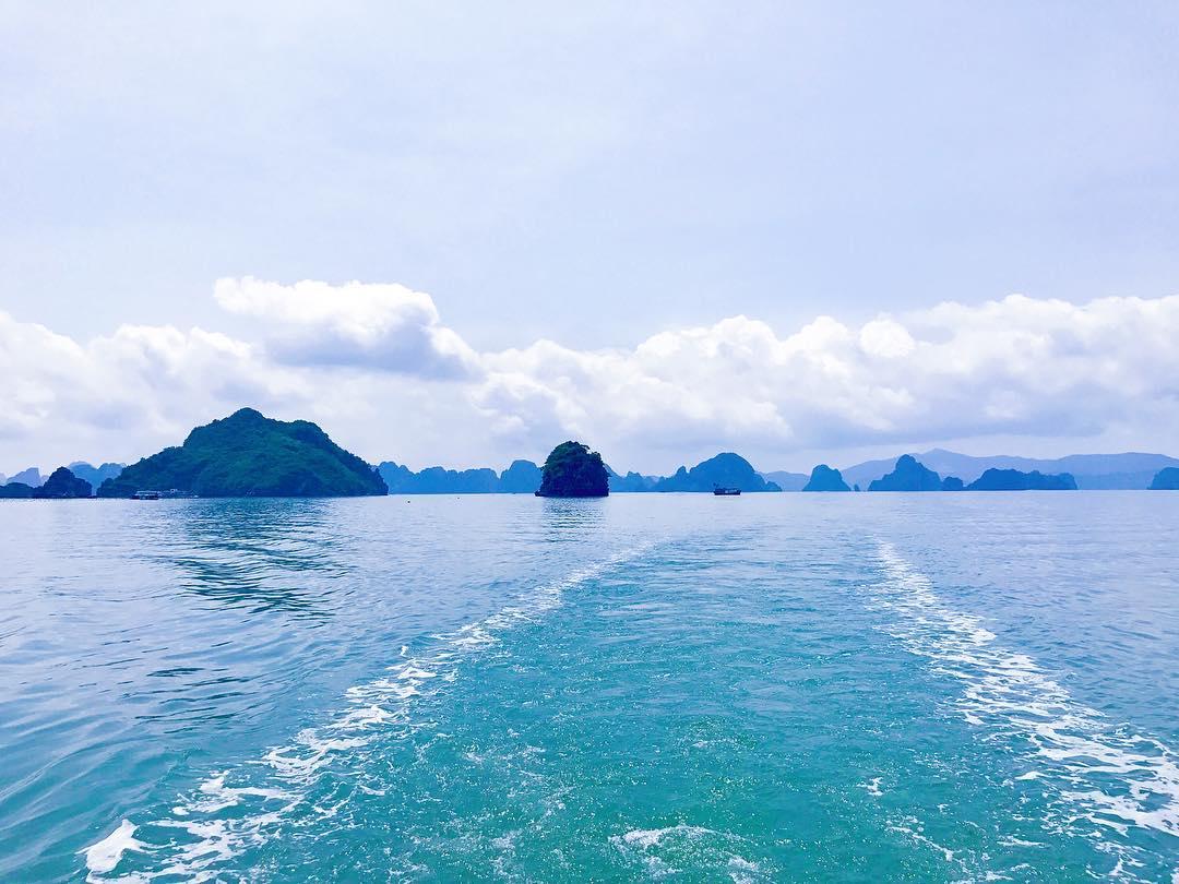 Tour Ha Long - Làn nước trong xanh, mát rười rượi của vịnh Bái Tử Long